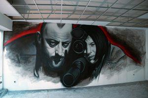Graffiti und Airbrush Portraits auf einer Fassade.